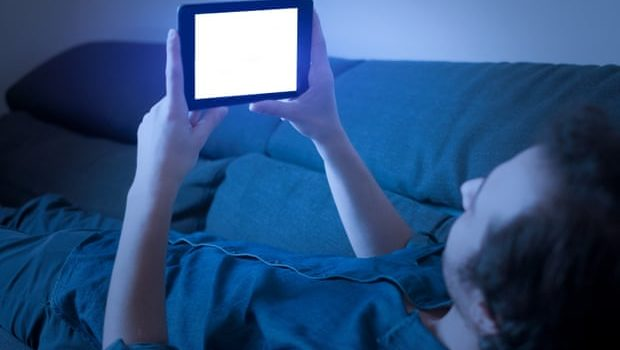 Blue light from phone screens accelerates blindness, study finds